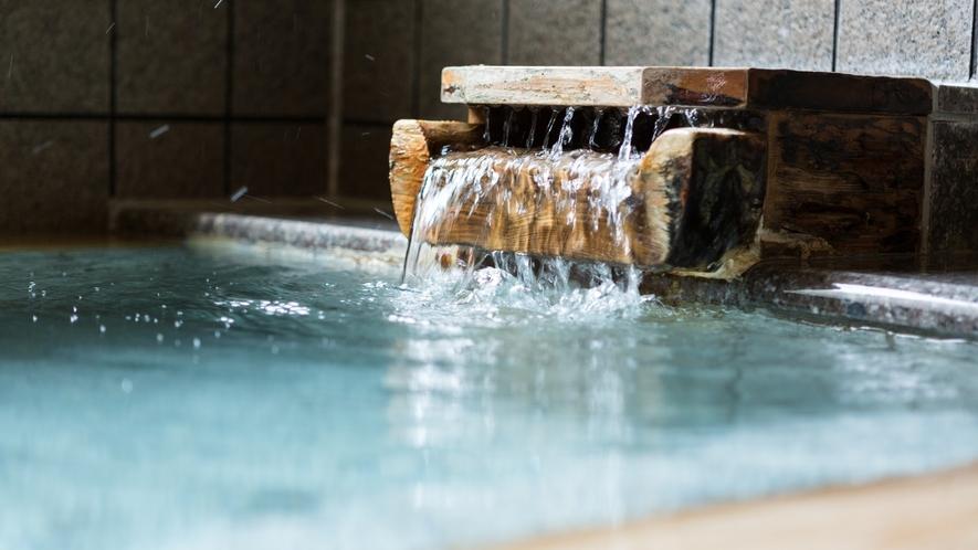 当館源泉の生絹湯(すずしゆ)は海水に近い塩分で保湿効果があると言われます
