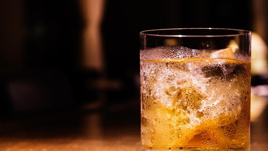 【ラウンジ】カクテルにビール、ウィスキーなどアルコール類も豊富な品揃え