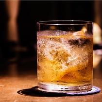 【ラウンジ】カクテルにウィスキーなどアルコール類も各種ご用意しております。