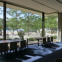 【ラウンジ】大きな窓から光が入るリゾート気分高まる空間です