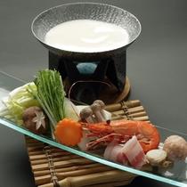 白良鍋:真っ白な砂浜をイメージしたお料理。海の幸と独自の旨みが調和した白いお出汁に食が進みます。