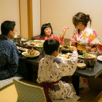 家族団らんの温泉旅行。会席料理を囲んでゆっくりとお食事を楽しみ下さい。