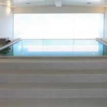 【潮風】大浴場・白を基調とした清潔感のある内湯