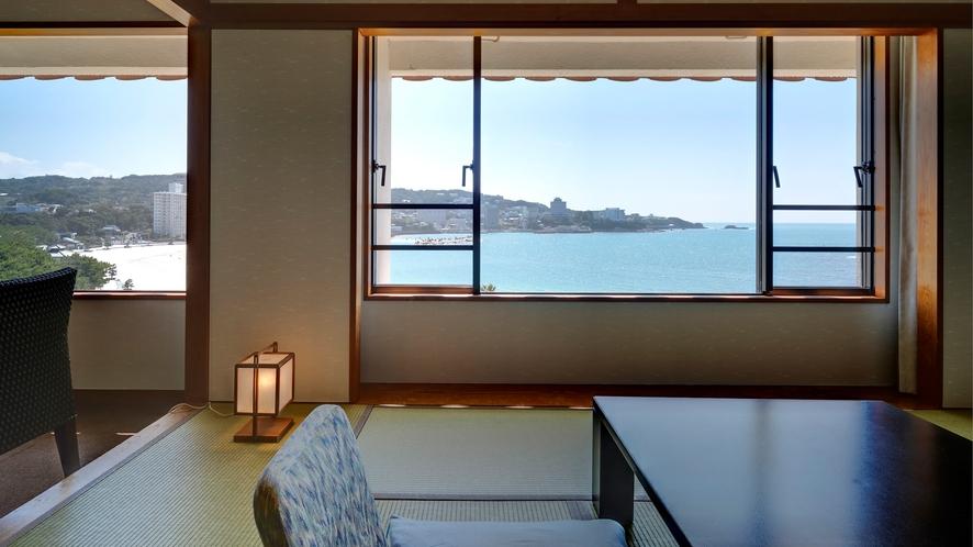 【ロイヤルフロア和室】窓が大きく高い位置から海の眺望を楽しめるお部屋