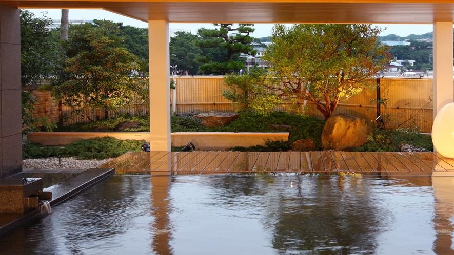 【松風】夕暮れ時はしっとりとした雰囲気に。海風が心地よい半露天