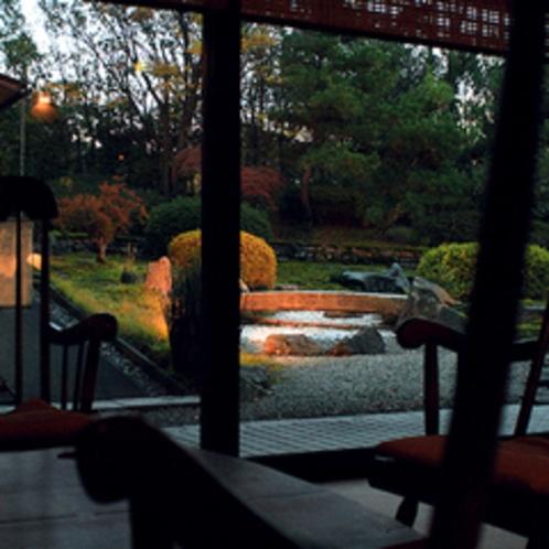 夕暮れ時の庭園