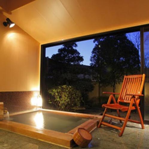●客室の露天風呂「花菖蒲(201号室)」夕暮れ メゾネットタイプ