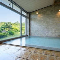柔らかな陽光が差し込む大浴場