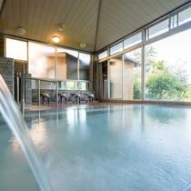 大きな窓から青根の自然が楽める大浴場