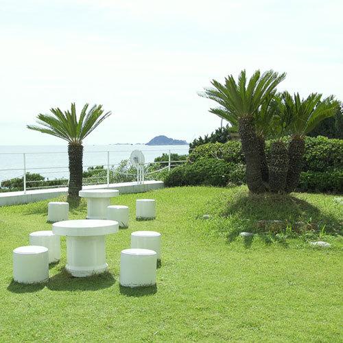 ホテルロビーの奥には海の目の前に中庭が。ここでのんびり休憩も♪