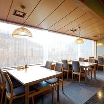 【和食処「洗心」】窓の外に広がる渓谷美を見ながら、お食事をお召し上がり頂けます