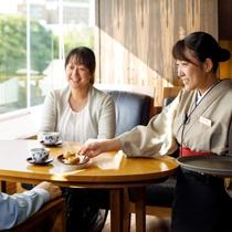 チェックインをしたら定山渓温泉銘菓「大黒屋商店の温泉まんじゅう」&煎茶でまずは一服