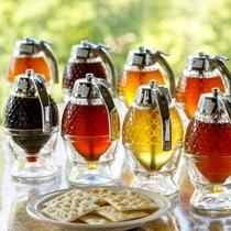 章月名物の蜂蜜バイキング(15時~22時)。全10種類の蜂蜜をクラッカーにのせてどうぞ