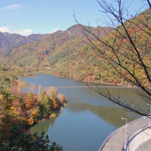 鹿教湯〜松本間から望む内村ダム(鹿鳴湖)の紅葉