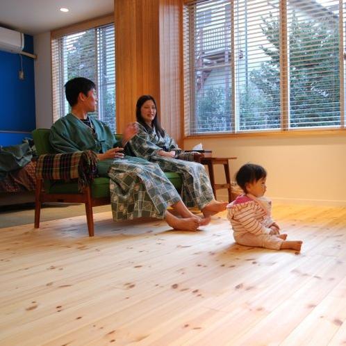 赤ちゃんがハイハイできる無垢の床材を敷き詰めた特別室