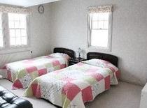 ツインベッドとロフトの洋室のお部屋