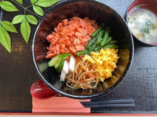 【朝食弁当付プラン】ほぐし焼き鮭の三色丼弁当or温玉とろ〜り牛丼弁当