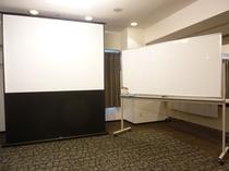 会議室 プロジェクター&スクリーンも貸し出し可能です。