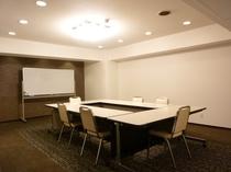 会議室は仕切りを利用し少人数でのご利用も可能です。