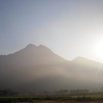 夏 朝の由布岳