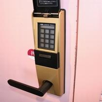 安心!女子大浴場はセキュリティシステム付ドアとなっております。