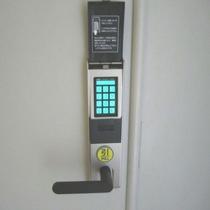 女子大浴場は安心!暗証番号が必要なセキュリティドアとなっております