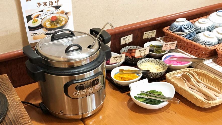 ■朝食バイキング 比内地鶏スープとお好みトッピングで頂くだし茶漬け