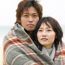 海辺のカップル冬