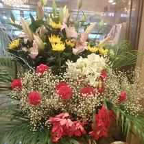 ☆生け花☆週変わりで季節の花をフロント前に飾っています。