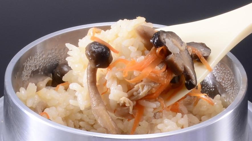 生米から炊き上げるおこげも美味しい【釜飯】