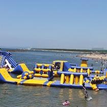 ≪7/14~8/31≫大小さまざまな遊具が海の上に26ピース!「ウォーターパーク」がホテル前に新登場