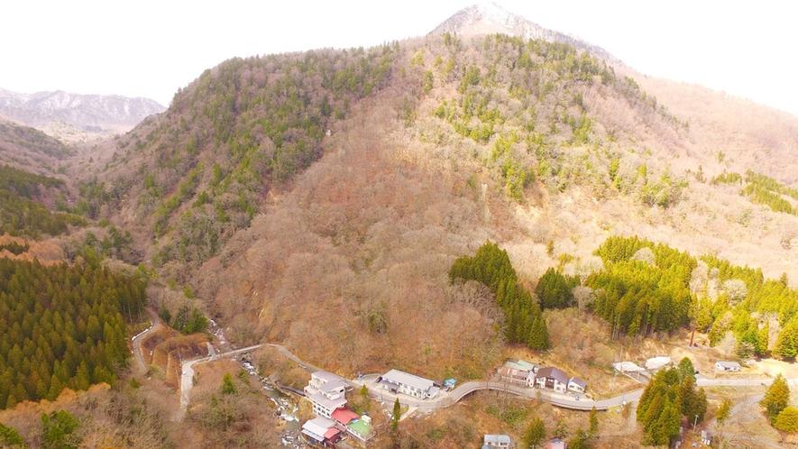 ■【外観空撮】秘境二岐温泉の山沿いに桂祗荘はございます