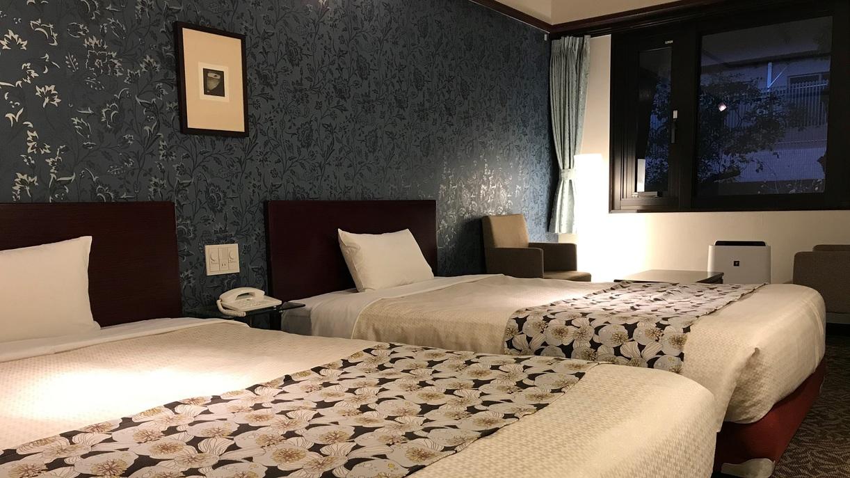 【ツインルーム・夜】(120cm幅のセミダブルベッド2台)