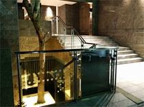 階段下の幻想的な照明