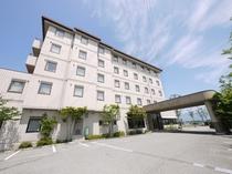 【外観】郊外にこじんまりとたたずむ当ホテル。その分温かくて充実のサービスを目指します!