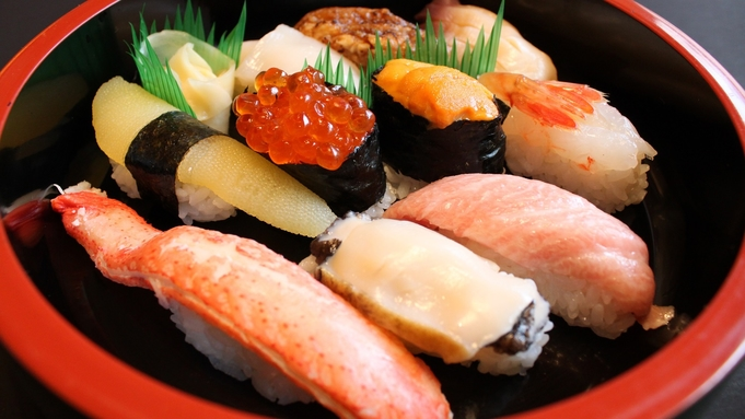 【部屋食】外出せずにお部屋でカジュアルに★地元老舗店の極上握りたて寿司を満喫♪≪1泊2食≫
