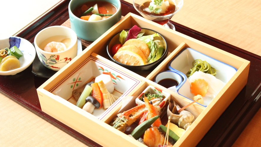 ご夕食は選べる3種類♪彩り豊かなNEW「松花堂ご膳♪」※人数に合わせたお部屋をご準備いたします