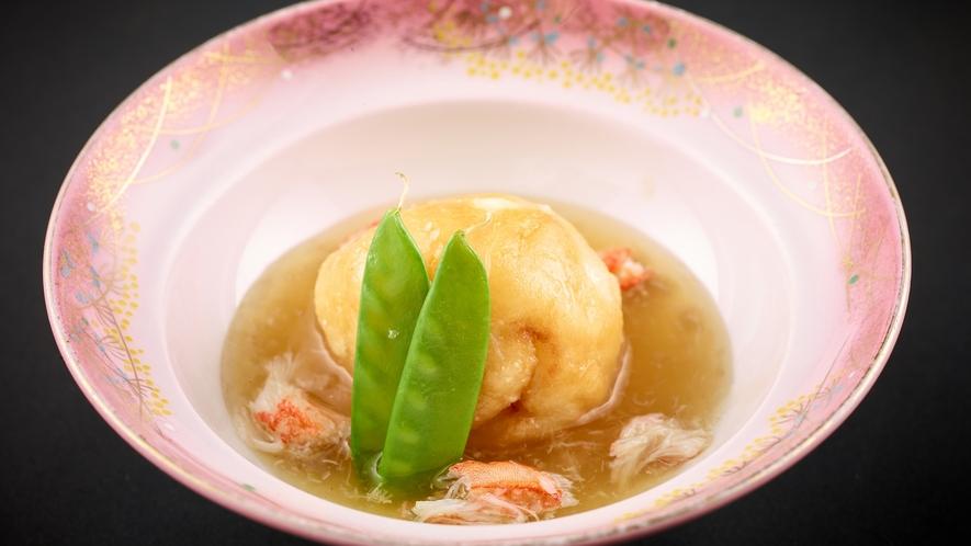 「特選和食会席膳」北海道のじゃがいも饅頭ウニ入り 蟹餡かけ