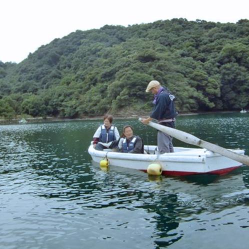 """【伝馬船体験プラン】""""舟かくし""""と呼ばれる奥行きのある入江は波もなく、穏やかな櫓こぎ体験が楽しめます"""