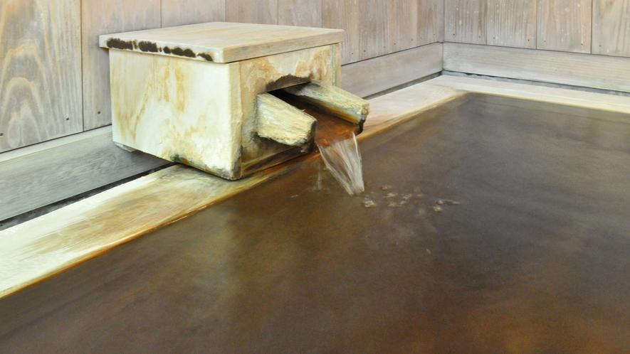 【源泉かけ流し貸切風呂】ことこと湧き出る天然温泉が体を優しく包みこみます。