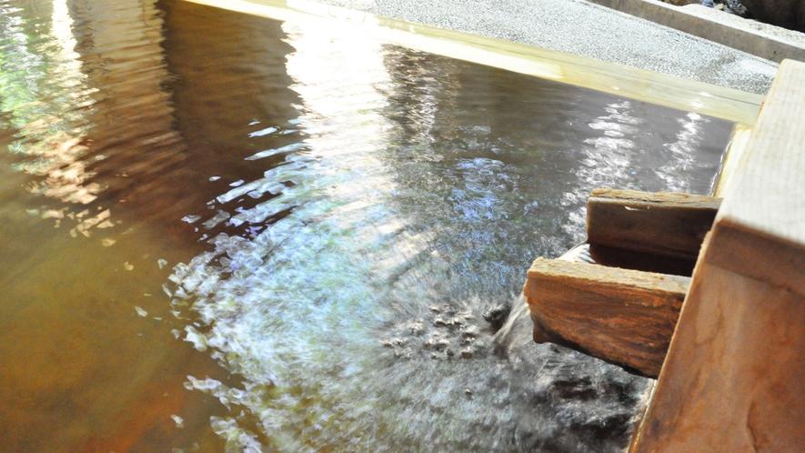 【源泉かけ流し貸切風呂】樹齢約350年の木曽檜(ひのき)を使用しています。