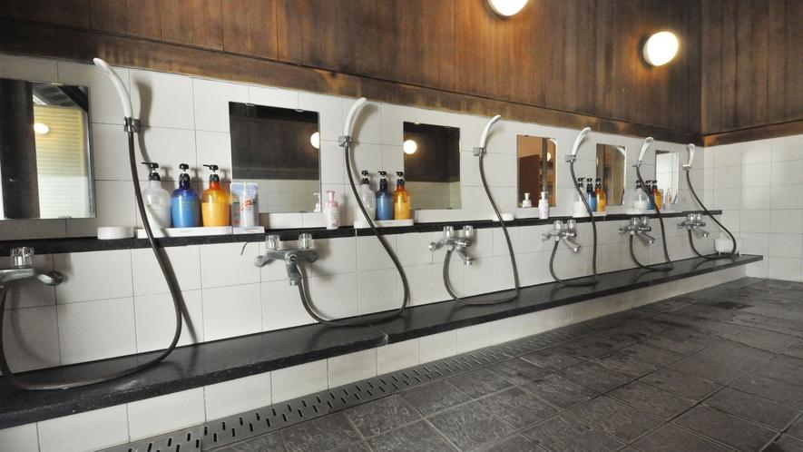 【温泉】広くて開放的な洗い場です。