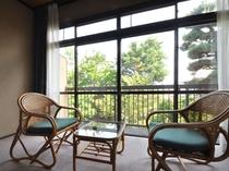 【和室10畳】2階のお部屋。庭園を眺めることができます。