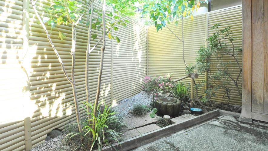 【源泉かけ流し貸切風呂】庭園を眺めながらのんびりと入浴をお楽しみください。