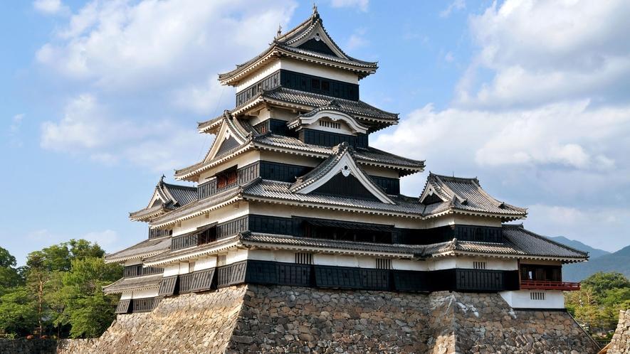 【国宝松本城】歴史的遺産である国宝松本城までは、お車にて約10分。