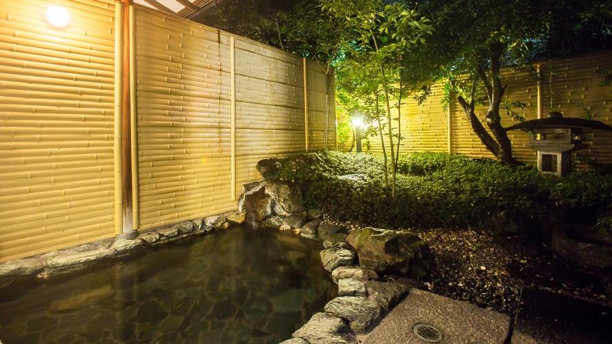 【温泉】女性用露天風呂。お庭を見ながらおくつろぎ頂けます。