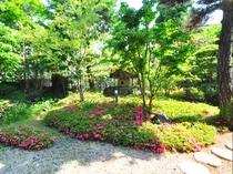 【和室10畳】1階のお部屋。庭園ビューを目の前でお楽しみください。