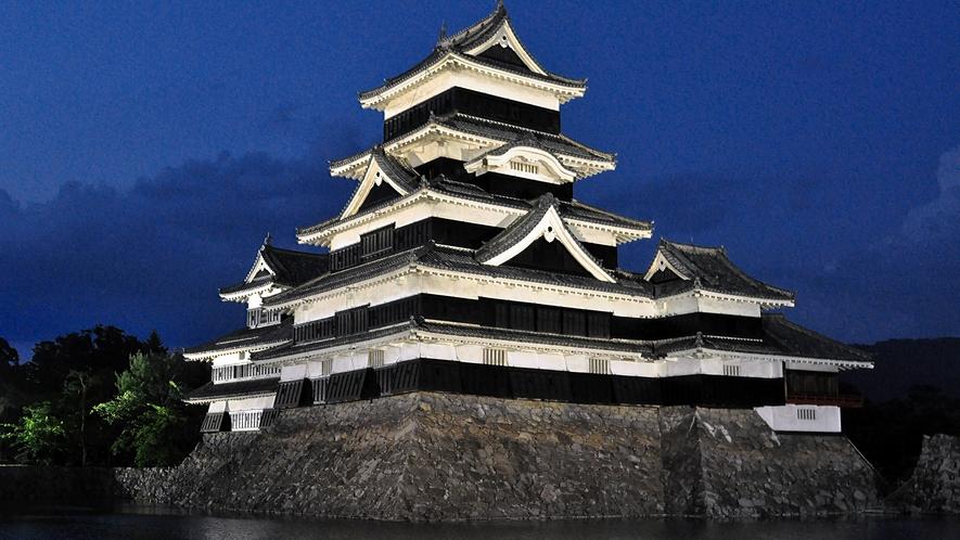 【国宝松本城】日没から22時の間はライトアップが行われます。