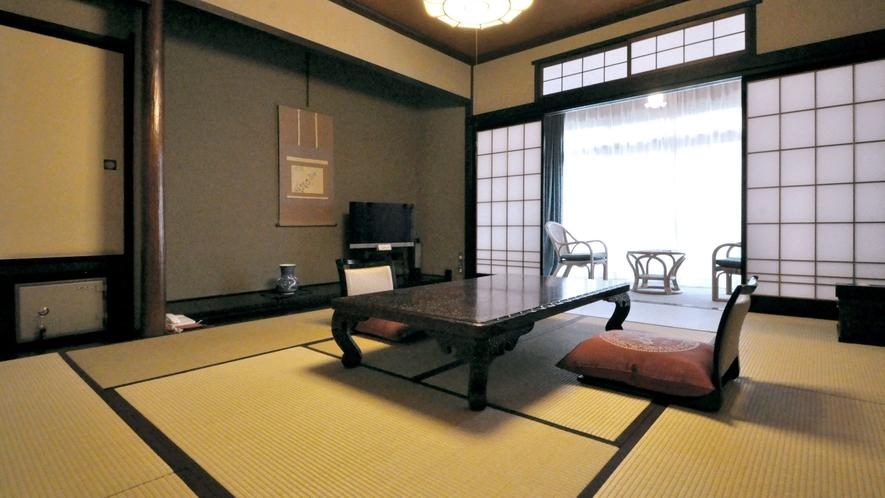 【和室10畳】庭園を眺めることができます。