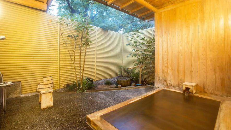 【源泉かけ流し貸切風呂】日の暮れた幻想的な雰囲気もおすすめです。